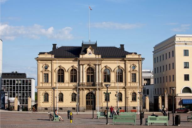 Poliisi on loppuvuodesta 2019 alkaen tutkinut Hämeenlinnan kaupungin strategiajohtajaa epäiltynä korruptiorikoksista koskien koulutilojen vuokraamista vuonna 2012.