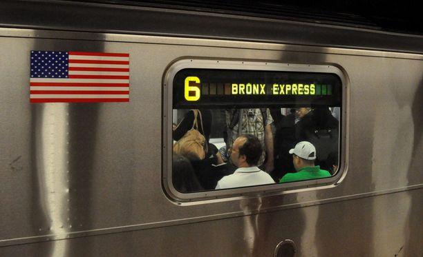 Yhden naisen sosiaalisen kokeen mukaan miehet antavat harvoin istumapaikkojaan raskaana olevalle naiselle metrossa.