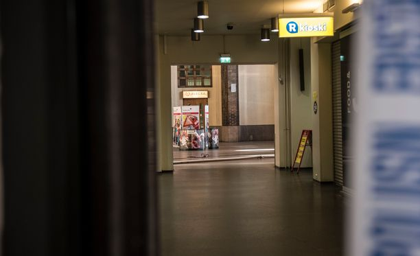Poliisi otti rikoksesta epäillyn miehen kiinni Rautatientorilta hetki puukotuksen jälkeen. Kuvituskuva.