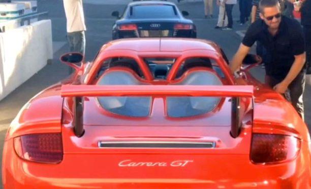 Tämän Porschen kyydissä ollut Paul Walker ja autoa ajanut Roger Rodas kuolivat lauantai-iltana.