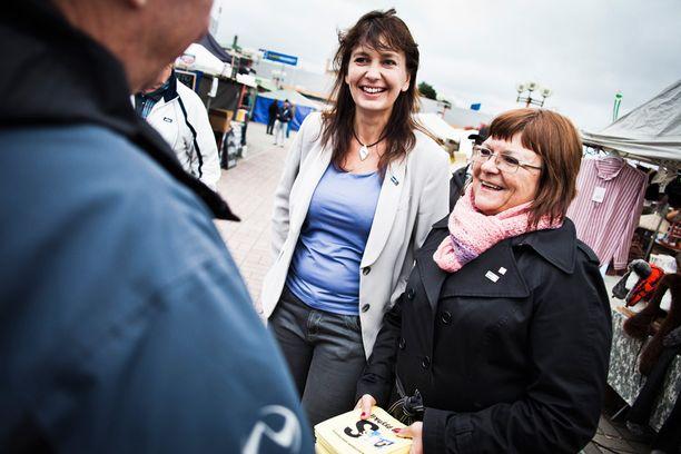 Perussuomalaisten kansanedustaja Maria Tolppanen (oik.) ja puoluesihteeri Riikka Slunga-Poutsalo Rovaniemellä syyskuussa 2013.