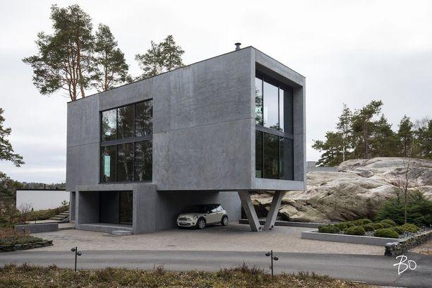 Nämä jyhkeät betoniseinät kuuluvat Turun Hirvensalossa sijaitsevaan arkkitehti Pekka Mäen suunnittelemaan taloon.
