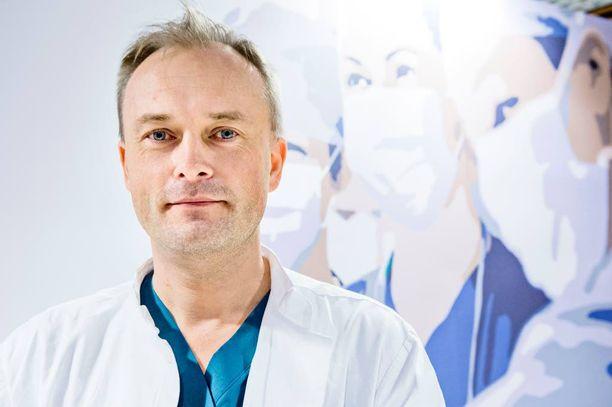 Patrik Lassus johti Suomessa tehtyä kasvonsiirtoryhmää ja oli yksi leikkaukseen osallistuneista kirurgeista.