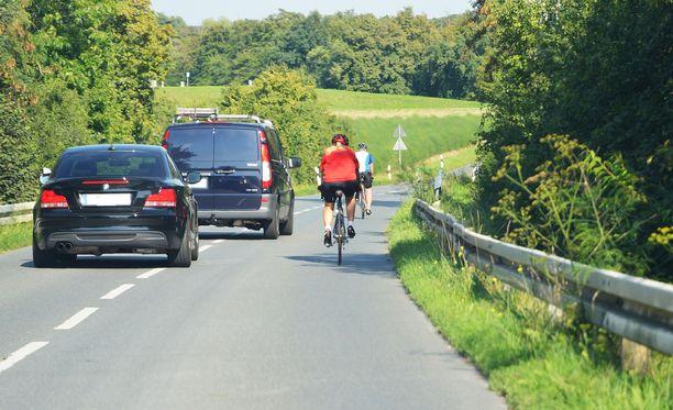 Erityisesti ohitustilanteet aiheuttavat lukijoiden mukaan liikenneraivoa puolin ja toisin. Kuvituskuva.