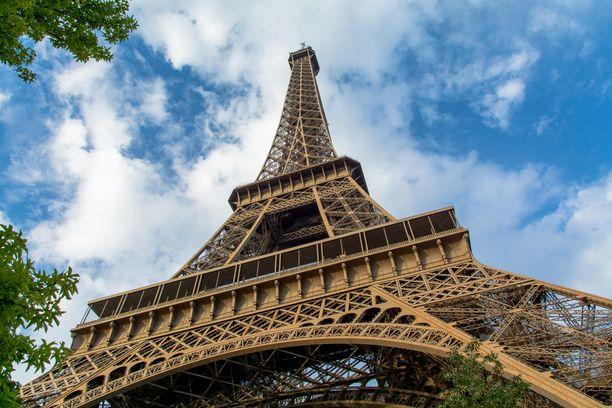"""Eiffel-tornin nykyistä väriä kutsutaan """"Eiffel-tornin ruskeaksi"""". Pian nähtävyys saa kirkkaamman ja metallinhohtoisemman pinnan. Kuva vuodelta 2016."""