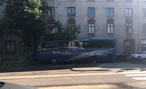 Bussi ajautui päin puuta Mannerheimintiellä tiistaina. Puu kaatui törmäyksen voimasta.