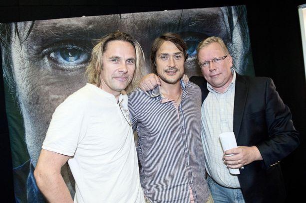 JP Siili (vas.) ohjaa 95-elokuvan. Hän on ohjannut muun muassa Selänne-dokumenttielokuvan jääkiekkoilija Teemu Selänteestä. Kuvassa myös Selänne-kirjan kirjoittaja Ari Mennander.