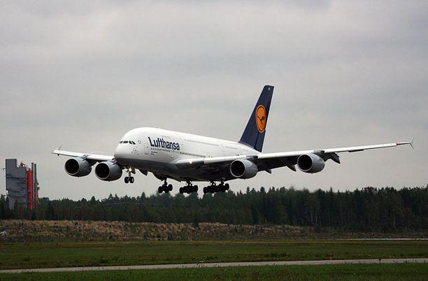 Maailman suurin matkustajalentokone Airbus A380 laskeutui Helsinki-Vantaalle kello 14.45.