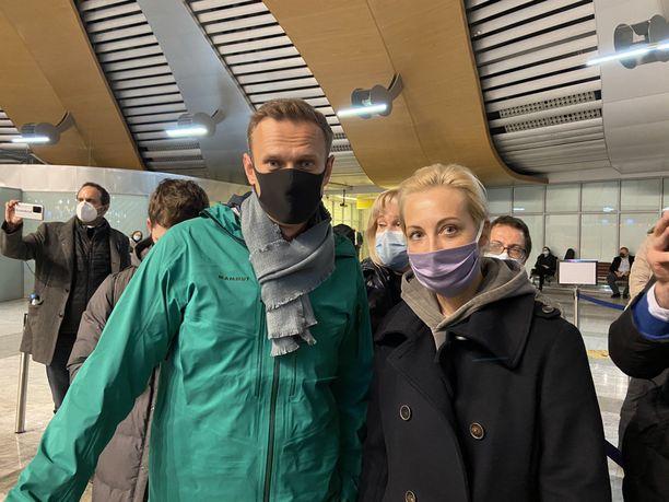 Aleksei Navalnyi ja hänen vaimonsa Julia erotettiin toisistaan passintarkastuksessa Šeremetjevon lentokentällä.