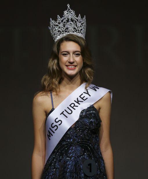 Itir Esen kruunattiin Miss Turkiksi viime torstaina. Perjantaina tilalle vaihdettiin perintöprinsessa.