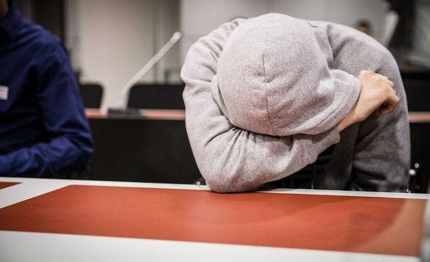 Kahteen murhasyytteeseen vastaava Abderrahman Bouanane vangitsemisoikeudenkäynnissä. Hänen ei tarvinnut olla paikalla tiistain valmisteluistunnossa.