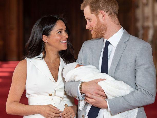 Prinssi Harry ja herttuatar Meghan esittelivät pienokaistaan ylpeinä Windsorissa.