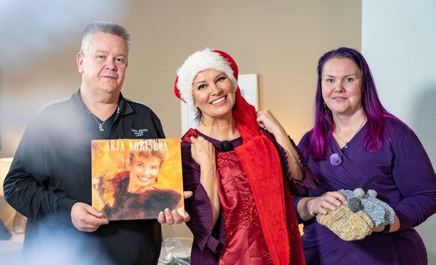 Arja Koriseva saa Helin (oik.) kyyneliin antaessaan tälle joululahjaksi itse kutomansa tossut. Heli liikuttuu myös, kun Arja esittää hänelle ja Akille Sydämeeni joulun teen -kappaleen.