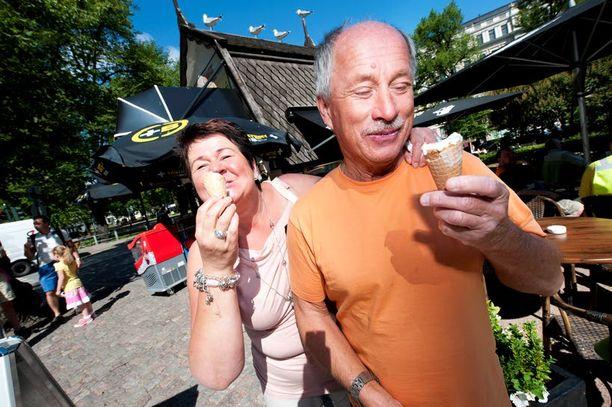 Raija ja Jouko Vuori uskovat molemmat, että ulkona nautittu irtojäätelö kuuluu kesään.