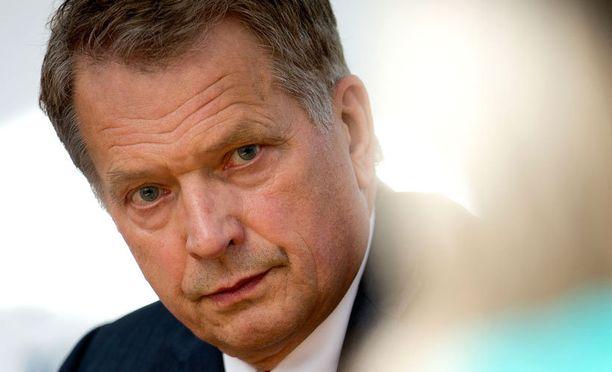 Sauli Niinistö isännöi Kultarannassa huippuvaikuttajien keskustelutilaisuutta.