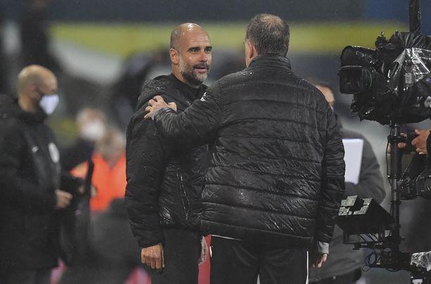 Pep Guardiola ja Marcelo Bielsa tervehtivät toisiaan ottelun jälkeen.