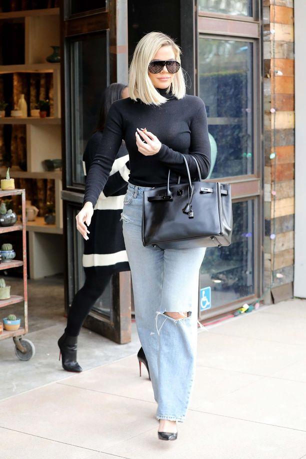 Khloe Kardashianin löysät farkut tasapainottavat tiukkaa pooloa.