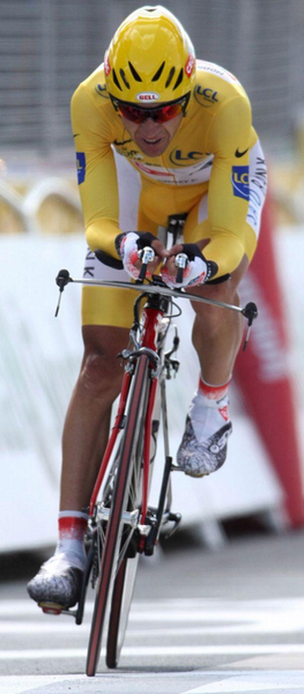 Espanjan Carlos Sastre johtaa Ranskan ympäriajoa yli minuutilla ennen sunnuntaina poljettavaa, perinteisesti voittajia juhlistavaa seremoniallista päätösetappia.