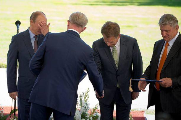 Suomen ja Venäjän välinen bisnes noteerattiin viime kesänä ylimmällä mahdollisella tasolla, kun suomalaiset ja venäläiset talousvaikuttajat solmivat yhteistyösopimuksia. Kuvassa Vladimir Putinin ja Sauli Niinistön vieressä oikealla EK:n hallituksen puheenjohtaja Ilpo Kokkila.