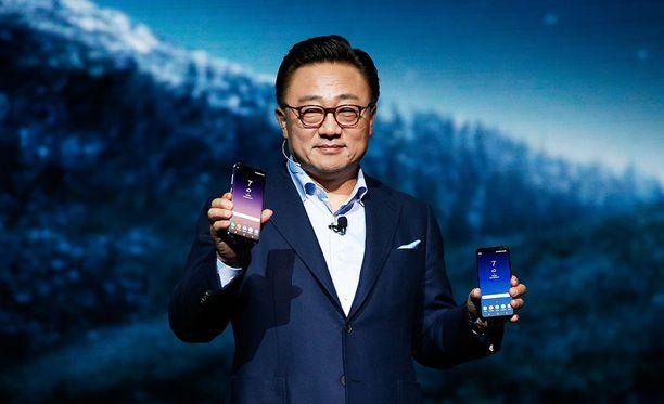 Samsungin mobiilipuolen toimitusjohtaja D.J. Koh esitteli keväällä Galaxy S9 -puhelinta.
