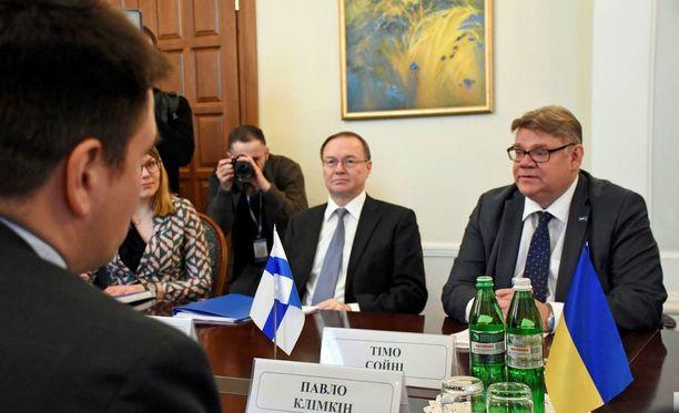 Ulkoministerit Timo Soini ja Pavlo Klimkin tapasivat hyvissä tunnelmissa Ukrainan hallituskriisistä ja sodasta huolimatta.