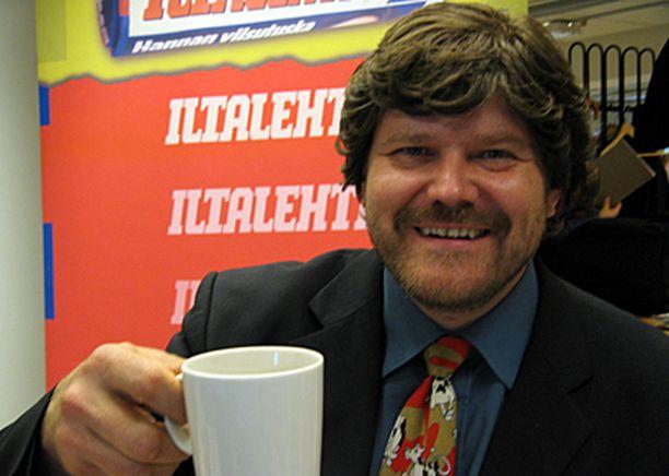 Martti nautti kaakaota Iltalehden toimituksessa.