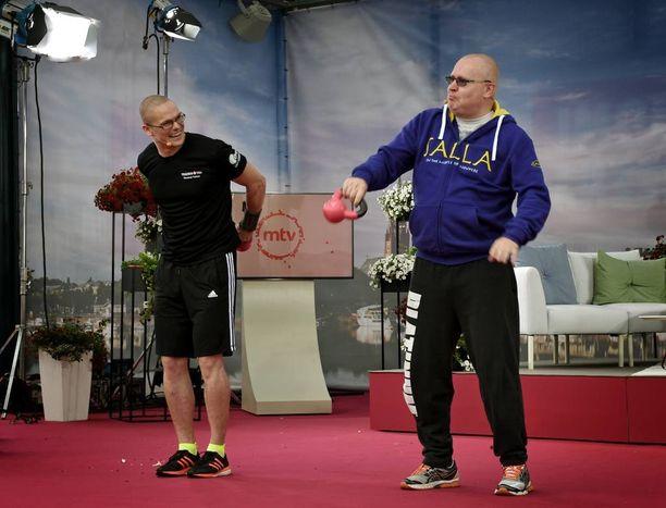 """Oikeus- ja työministeri Jari Lindström (ps) valitsi """"nöyrästi"""" elämänsä ensimmäiseen kahvakuulatreeniin neljän kilon painoisen kuulan."""
