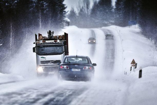 Tänä talvena tienhoitoa halutaan parantaa erityisesti niillä teillä, joilla liikkuu paljon raskasta liikennettä. Näin halutaan vähentää vakavia liikenneonnettomuuksia.