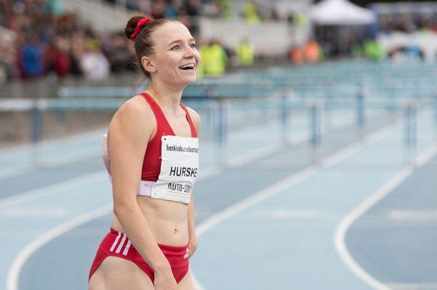 Reetta Hurskeen kasvoille levisi helpottunut hymy, kun Suomen mestaruus ratkesi 0,002 sekunnin erolla.