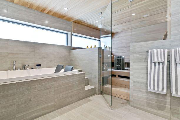 Kodissa on ylellinen kylpyhuone ja sauna.
