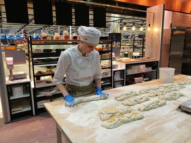 K-Citymarket Kaakkurissa valmistuu päivittäin ammattileipurien valmistamana liuta leipomotuotteita. Leipurien työvuoro alkaa neljältä aamulla.