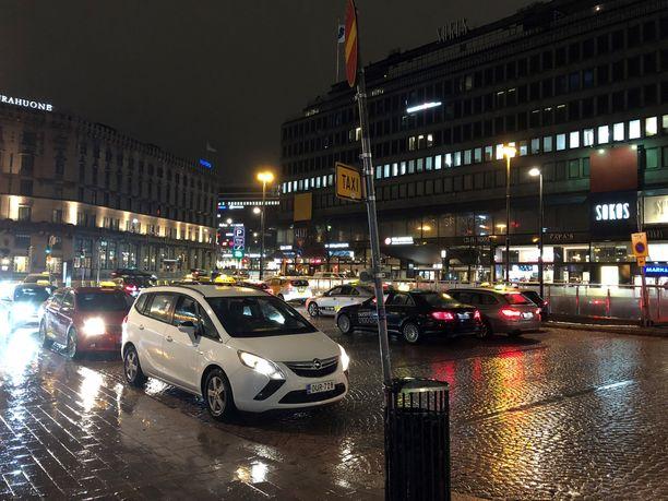 Viranomaiset suorittivat taksien valvontaa muun muassa Helsingin rautatieasemalla.