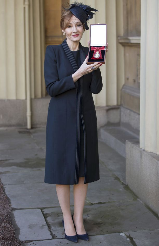 Rowling uusi ansiomerkki kädessään.