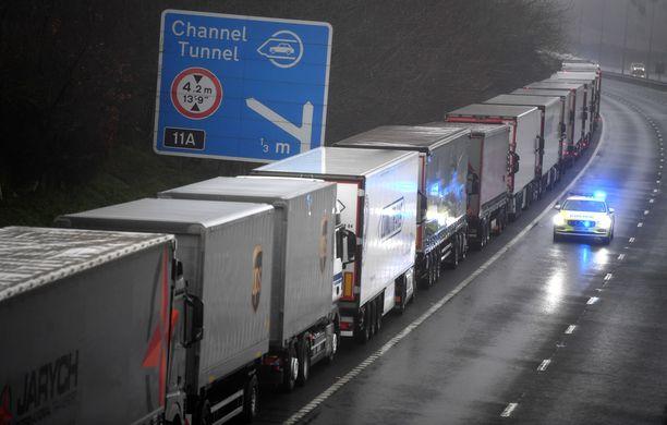 Doverin satamaan vievä M20-moottoritie on tällä hetkellä maailman suurin rekkaparkki.