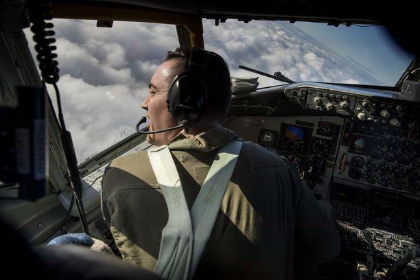 Kapteeni Matthew Boatman odottaa lupaa laskeutua takaisin Mildenhalliin. Yhdysvaltain ilmavoimien tankkauskoneet ovat harjoitelleet Britanniasta Itämerelle lentämistä ja suomalaisten Hornet-hävittäjien tankkausta ilmassa. Kuva on vuodelta 2018, jolloin Alma Media pääsi mukaan lennolle.