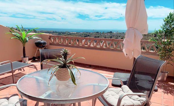 Sininen taivas ja upea merimaisema parvekkeelta olivat Danin ja Even kriteereitä uudessa Espanjan kodissa.