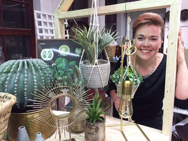 -Vihreä väri ja viherkasvit ovat edelleen trendikkäitä, Laura Oikari kertoo.