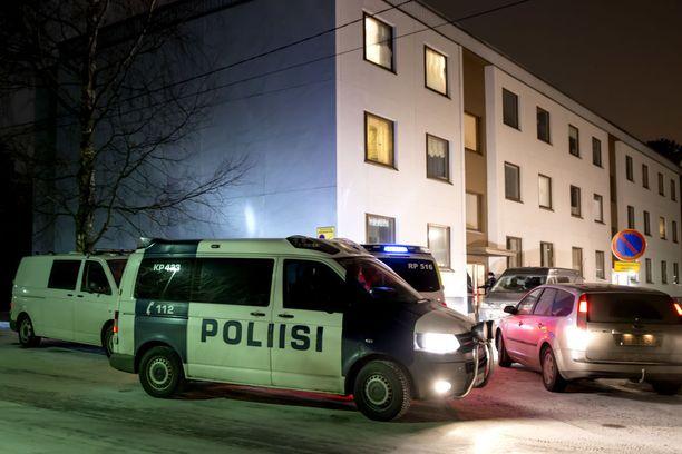 Järjestyshäiriötä selvittänyt poliisipartio törmäsi tuoreeseen henkirikokseen Pietarsaaressa torstaina. Paikalle kutsuttiin nopeasti apuvoimia.