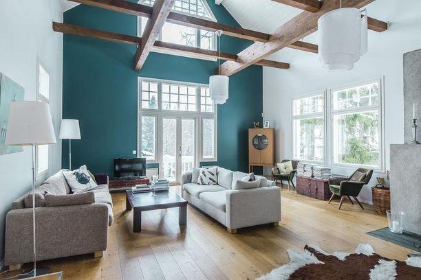 Tämänkin olohuoneen etuna ovat valtavat ikkunat. Valoisuus on taattu myös illalla, sillä olohuoneeseen on sijoitettu lukuisia erilaisia valonlähteitä.
