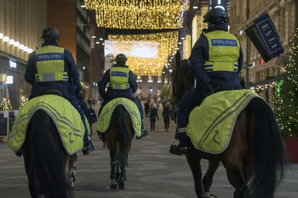 Ratsupoliisit ja etenkin poliisihevoset herättävät huomiota ja kiinnostusta Helsingin keskustassa.