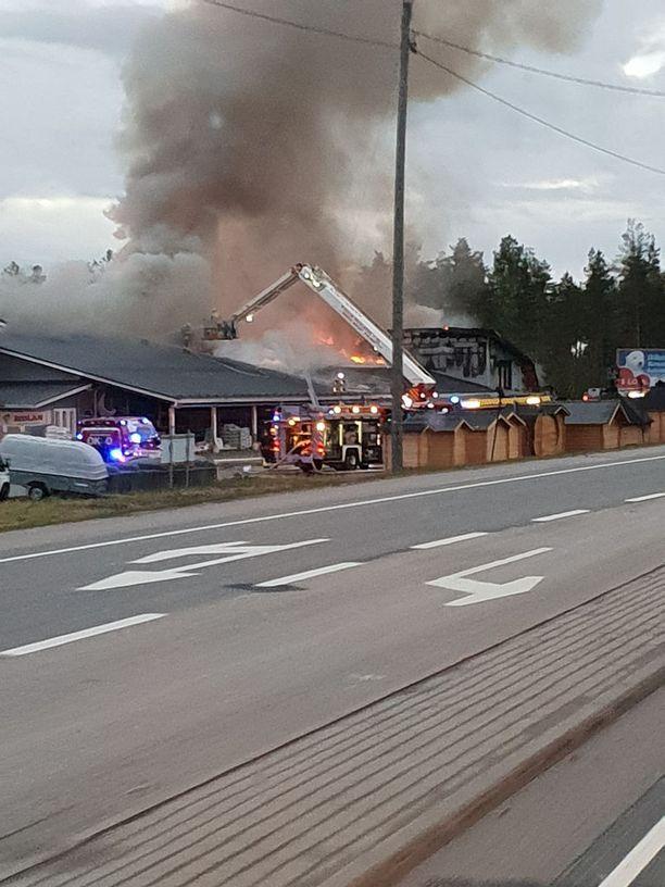 Pelastuslaitos sai ilmoituksen IKH-tavaratalon tulipalosta varttia vaille kolme sunnuntain ja maanantain välisenä yönä.