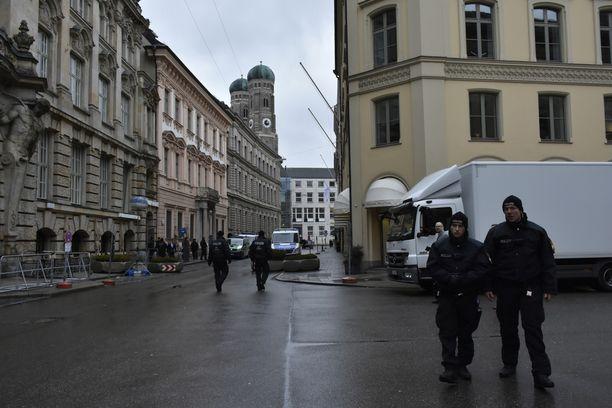 Aseistetut poliisit partioivat kaikkialla Münchenin turvallisuuskokouspaikan ympärillä.