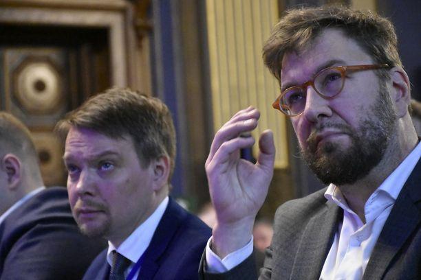 Liikenne- ja viestintäministeri Timo Harakka joutuu siivoamaan urakalla keskustalaisen edeltäjänsä Anne Bernerin aiheuttamia sotkuja. Yksi niistä on paraatiovien avaaminen veronkiertäjille.