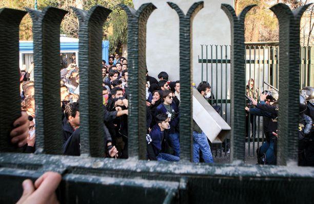 Muun muassa Teheranissa opiskelijat ja mellakkapoliisi ovat ottaneet yhteen.