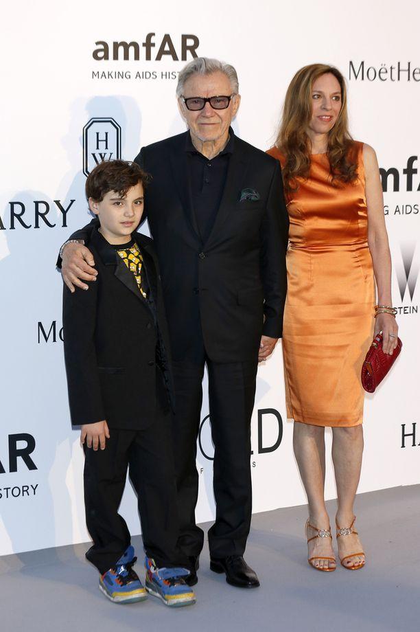 Harvey poikansa Romanin ja vaimonsa Daphnan kanssa Cannesissa vuonna 2015.