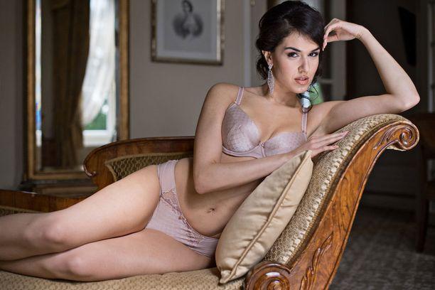Adriana Gerxhalijan sukujuuret ovat Kosovosta, mutta hän on syntynyt Suomessa.