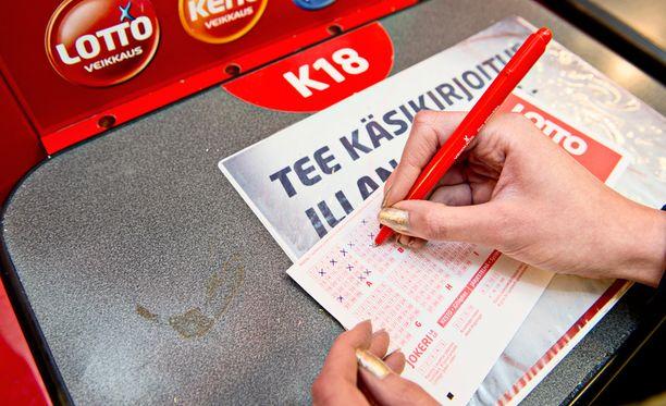 Suomalaiset rakastavat lottoamista.