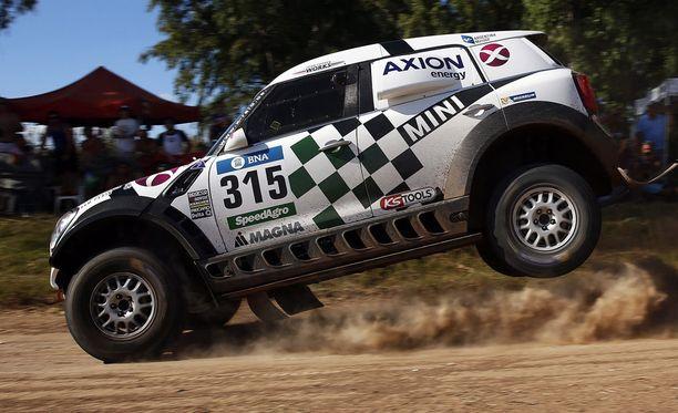 Mikko Hirvonen kaasuttelee Dakar-rallissa Minillä.