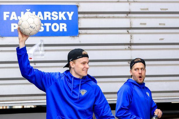 Kaapo Kakko pallotteli perjantain päiväharjoituksissa muun muassa Juhani Tyrväisen kanssa.