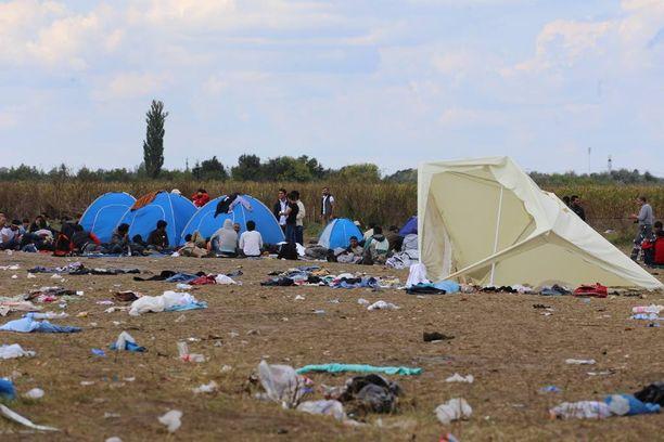Röszken pakolaisleirin ulkopuolella on väliaikainen leiri, jonka pakolaiset ovat pystyttäneet.